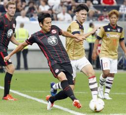 ゴール前で競り合うEフランクフルト・長谷部(左)とFC東京・橋本=フランクフルト(共同)