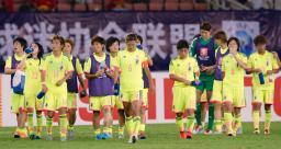サッカーの東アジア・カップで、韓国に逆転負けし、肩を落とす女子日本代表イレブン=4日、中国・武漢(共同)