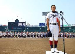 青空の下行われた開会式リハーサルで、選手宣誓の練習をする鳥羽の梅谷成悟主将=5日午前、甲子園球場