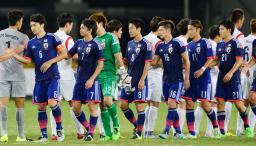 韓国と引き分け、健闘をたたえ合う日本イレブン=武漢(共同)