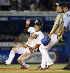 9回ロッテ無死三塁、打者伊志嶺のとき、捕逸で鈴木がサヨナラの生還。右は投手佐藤達=QVC