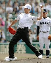 第97回全国高校野球選手権大会で、始球式を務めたプロ野球ソフトバンクの王貞治球団会長=6日午前、甲子園球場