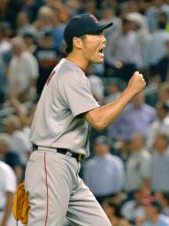 ヤンキース戦の9回に登板し24セーブ目を挙げガッツポーズするレッドソックス・上原=ニューヨーク(共同)