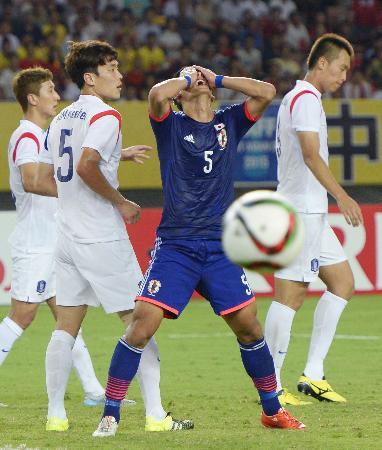 日本―韓国 後半、CKに合わせられず、顔を覆う槙野=武漢(共同)