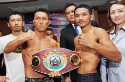 ポーズをとる赤穂亮(左)とプンルアン・ソーシンユー=6日、タイ・ラチャブリ(共同)