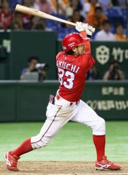 12回広島1死満塁、菊池が左前に均衡を破る適時打を放つ=東京ドーム