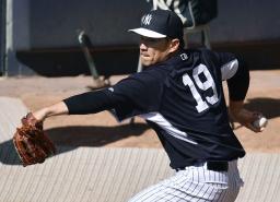 ブルペンで投球練習をするヤンキース・田中=ニューヨーク(共同)