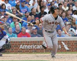 カブス戦の8回、右越えに本塁打を放つジャイアンツ・青木=シカゴ(共同)
