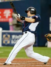 8回西武2死、中村が左越えにプロ野球単独最多記録となる通算16本目の満塁本塁打を放つ=京セラドーム