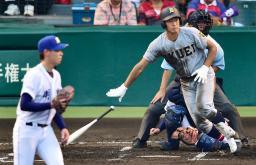 明豊―仙台育英 6回表仙台育英1死一、三塁、紀伊が大会新記録となるチーム9本目の二塁打を放つ。投手前田=甲子園