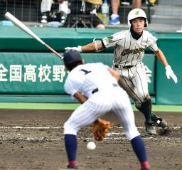 鳥取城北―鶴岡東 4回表鶴岡東2死二塁、田辺が中前に勝ち越し打を放つ。投手辻井=甲子園