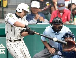 鳥取城北―鶴岡東 5回表鶴岡東2死一、三塁、福谷が中前に適時打を放つ。捕手高見=甲子園