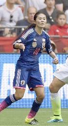 米国との女子W杯決勝でプレーする澤穂希選手=7月5日、バンクーバー(共同)
