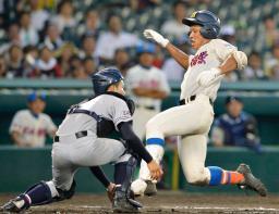 三沢商―花咲徳栄 9回表花咲徳栄1死一塁、大滝が左越えに長打を放ち生還、ランニング2点本塁打とする。捕手五日市=甲子園