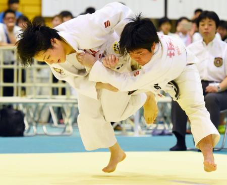 女子70キロ級決勝 熊本西・坂田愛里(右)を攻める、優勝した敬愛・新森涼=天理大杣之内第1体育館