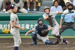 敦賀気比―花巻東 8回表花巻東2死二塁、福島が左中間にこの試合4安打目となる適時二塁打を放つ。投手平沼、捕手嘉門=甲子園