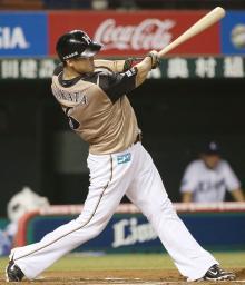 6回日本ハム1死一、三塁、中田が左越えに3ランを放つ=西武プリンスドーム
