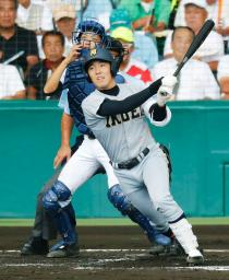 滝川二―仙台育英 2回表仙台育英2死三塁、佐藤世が中前に先制打を放つ。捕手芝本=甲子園