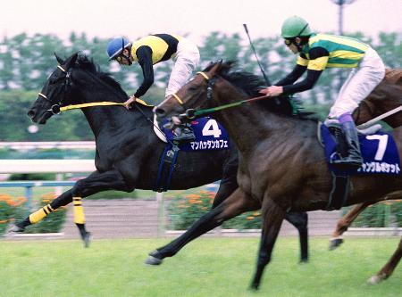 2002年4月、天皇賞・春を制したマンハッタンカフェ(4)とジャングルポケット(7)=京都競馬場