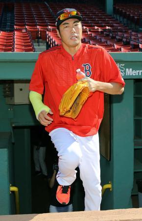 右腕にギプスをはめ試合前練習に向かうレッドソックス・上原=ボストン(共同)