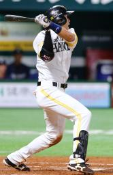 7回ソフトバンク1死二塁、柳田が左翼線に同点二塁打を放つ=ヤフオクドーム