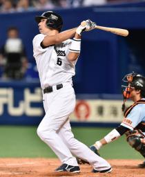 6回中日1死一、三塁、和田が右中間に適時二塁打を放つ=ナゴヤドーム