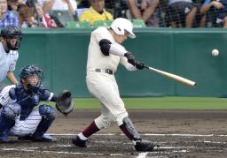 早実―九州国際大付 4回裏早実無死、清宮が右翼ポール際に本塁打を放つ。捕手岩崎=甲子園