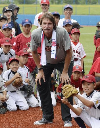野球教室で子どもの投球を見つめるランディ・ジョンソン氏=17日午後、宮城県石巻市