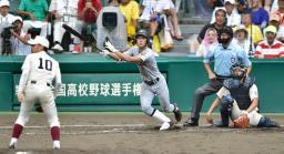 仙台育英―早実 4回表仙台育英2死一、二塁、平沢が右中間に3点本塁打を放つ。投手上條、捕手加藤=甲子園