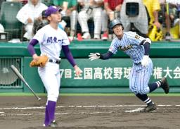 東海大相模―関東第一 1回裏東海大相模無死二塁、豊田が左越えに2点本塁打を放つ。投手阿部=甲子園