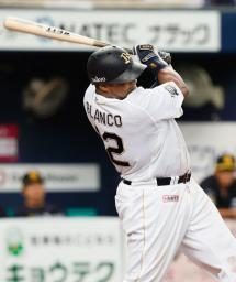 4回オリックス無死、ブランコが中越えに2者連続となる勝ち越し本塁打を放つ=京セラドーム