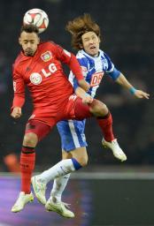 2月、ドイツ1部リーグの試合で相手選手と競り合うヘルタの細貝(右)=ベルリン(共同)