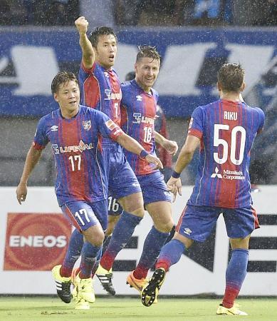 FC東京―G大阪 前半、先制ゴールを決め喜ぶFC東京・米本(左から2人目)=味スタ