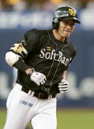 7回、3ランを放ち笑顔で三塁を回るソフトバンク・柳田=京セラドーム