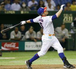 10回日本ハム無死満塁、レアードがサヨナラの中犠飛を放つ=東京ドーム