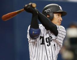 4回阪神2死満塁、鳥谷が右越えに決勝の2点二塁打を放つ=京セラドーム