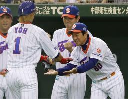 1回、先制の先頭打者本塁打を放った陽岱鋼(1)を迎える日本ハム・栗山監督(右)=東京ドーム