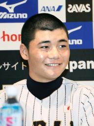 記者会見で笑顔を見せる清宮幸太郎=23日、大阪市