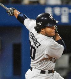 12回中日2死一、三塁、エルナンデスが右前に勝ち越し打を放つ=横浜
