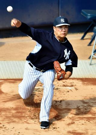 ブルペンで投球練習するヤンキース・田中=ニューヨーク(共同)
