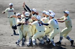 全国高校軟式野球で優勝し、喜ぶ作新学院ナイン=明石トーカロ