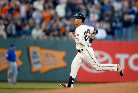 カブス戦の1回、先頭打者本塁打を放ち塁を回るジャイアンツ・青木=サンフランシスコ(ゲッティ=共同)