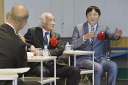 100年を迎えた高校野球について話し合う、ノンフィクション作家の佐山和夫さん(左)と野球解説者の荒木大輔さん=27日午後、大阪市