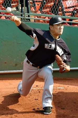 ブルペンで投球練習するヤンキース・田中=ボストン(共同)