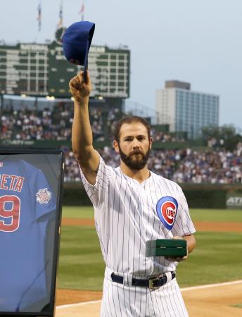 前日のドジャース戦で無安打無得点試合を達成、31日の試合前に表彰されるカブスの右腕アリエッタ=シカゴ(AP=共同)