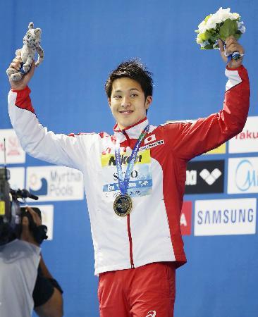 世界水泳の男子400メートル個人メドレーで獲得した金メダルを胸に笑顔の瀬戸大也=9日、カザニ(共同)