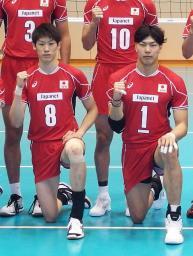 バレーボールW杯に向けた記者会見後、記念撮影する男子日本代表の石川(左)と清水=2日午後、東京都北区