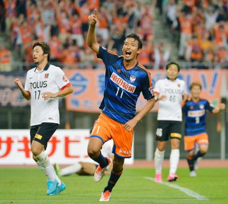 新潟―浦和 後半、3点目のゴールを決め喜ぶ新潟・指宿(11)=デンカスタ