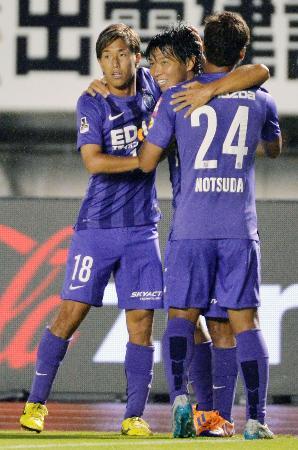 前半、2点目のゴールを決め、柏(左)らに祝福される広島・佐藤(中央)=Eスタ