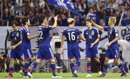 日本―カンボジア 後半、3点目のゴールを決め、祝福される香川(右から2人目)=埼玉スタジアム